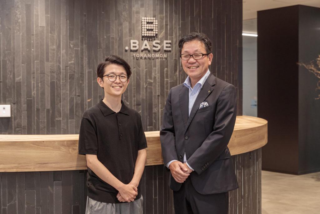左が連さん、右が小林さん。「.BASE」エントランスホールにて。2点とも©新建築社